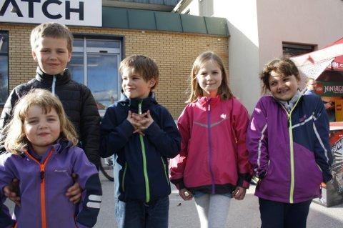 Barna (F.v) Sanna, Kasper, Emil, Olivia og Sofia hadde vært på marken sammen med besteforeldrene, og hadde storkost seg!