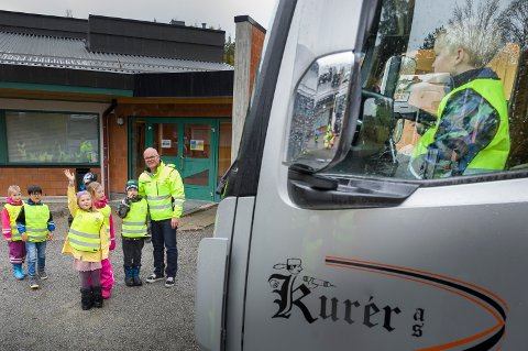 KONTAKT: Stopp, se og vink - lærte ungene. Så når sjåføren vinker tilbake kan de gå over på fotgjengerfeltet.