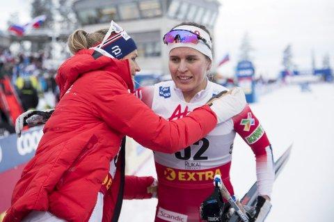Gratulasjonsklem: Therese Johaug var raskt borte hos Tiril Udnes Weng etter at sistnevnte gikk inn til sjuendeplass i mini-touren i Ruka. Foto: Terje Pedersen / NTB scanpix