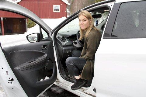 OPPGITT: Tina Linn Estensmo er oppgitt over at hun ikke får lade elbilen hjemme, og hun synes borettslaget prakti   serer reglementet på en stivbeint måte.FOTO: SIGMUND FOSSEN