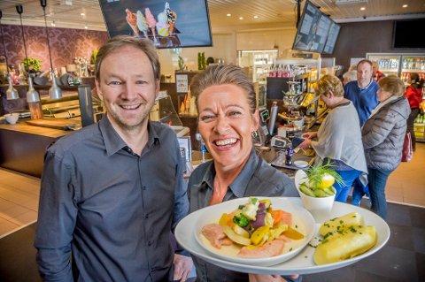 POPULÆR: Dette er trolig den mest populære middagsretten når vi skal spise ute her i distriktet. Daglig leder Arne Udnesseter og Lena Bergsten viser fram en tallerken med ovnsbakt ørret, ferske grønnsaker, sau og håndskrellede mandelpoteter.