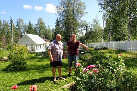 Beundrer rosene: Fra venstre Erik Fleischer (53) og Roy Leirvik (45) lar seg imponere av rosehagen.