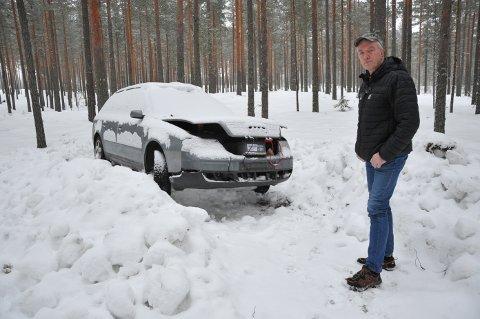 SNØHAUG: Bilen står nå i en snøhaug etter at den ble flyttet 20-30 meter fra der den sto. Ove Mellem er frustrert over at siden han fikk fullmakt til å fjerne bilen, må ta regningen.