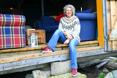 """RESTAURERT: Ingeborg Sørheim (57) driver """"Sveinhaug Gård & Historisk pensjonat"""" hjemme på gården sin i Gamle Ringsaker. Nå åpner hun også dørene til den tilhørende setra."""
