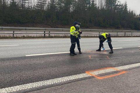 UNDERSØKELSER: Her gjør politiet tekniske undersøkelser på ulykkesstedet på E6 like ved avkjøringen til Gardermoen.