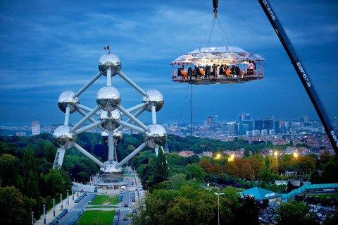Slik så det ut da Dinner In The Sky inviterte til middag høyt over Brüssels viktigste landemerke.