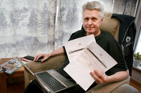 Reynir Grimsson med flybillettene til Oslo som nå blir dobbelt så dyre. Han har ikke mye pent å si om SAS sin kundeservice.