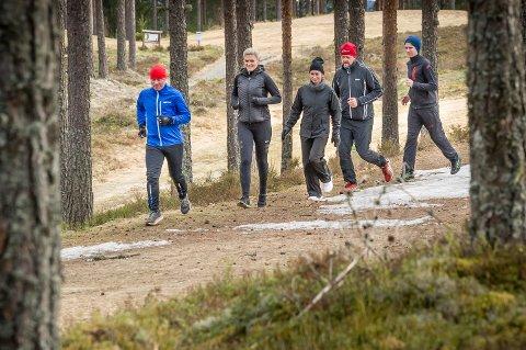En gjeng golfere i lett jogg på Liermoen en tidlig søndag ettermiddag.