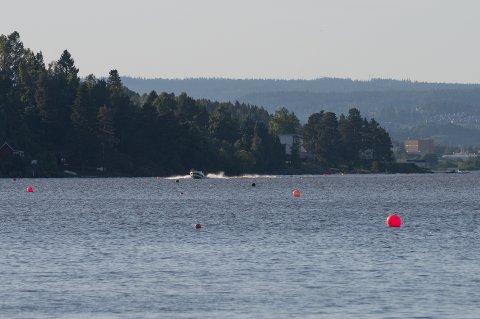 FLERE KONTROLLER: Skal du ut på vannet med båt i løpet av sommeren, kan du bli stoppet og kontrollert. – Vi kommer til å kontrollere vestbruk, adferd, fart og promille, opplyser politiet.