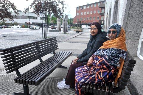 ORKER IKKE MER: Ridwan Mussa (22) t.v. og mamma Fadumo Bulhan orker ikke lenger bo i Elverum etter flere år med det de omtaler som trakassering, vold og grov rasisme. – Alt har skjedd fordi vi er mørke i huden. Og det er ikke noe jeg kan gjøre noe med. Nå tør vi ikke annet enn  flytte, sier Fadumo.