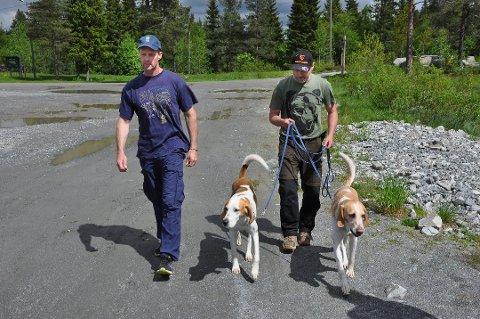 PÅ BJØRNEJAKT: Lars Gangås (til venstre) fra Statens Naturoppsyn deltok i mandagens jakt på nærgående ungbjørner i Ljørdalen i Trysil. Her avbildet ved siden av jeger Ramus Boström på Lynga på Hadeland i 2017.