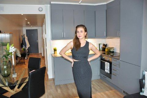 Linn Halvorsen (22) stortrives i den nye leiligheten sin i Nydal i Furnes.