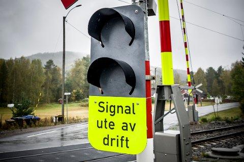 MØRKT: Stadig er lys og bommer satt ut av drift på jernbaneovergangen på Gjermshus langs Austmarkavegen.