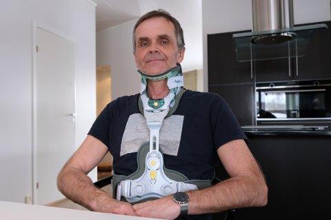 FLAKS: I tolv uker skal Geir Furøy gå med rustning på seg etter nakkebruddet, men regner med å bli helt bra etterpå. Han har streng ordre om å holde seg hjemme, og får ikke lov til å dra på hytta igjen med det første.