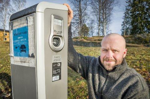 KOMMUNAL: Ved Rådhus Teatret står denne kommunale elbilladestasjonen. Prosjektleder Hans Jacob Koren Lund i Næring og miljø forteller at her betaler du kun for parkeringen, ikke for strømmen.