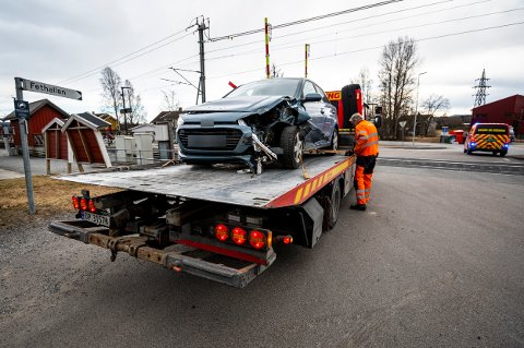 SKADER: Slik så bilen ut etter at den kolliderte med bommen på togovergangen.