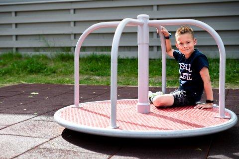 AKTIV: Her er Markus Skaug tilbake på karusellen som han ramlet av. Til tross for en trøkk i bakhodet så er ikke sjuåringen redd for å besøke lekeplassen igjen.