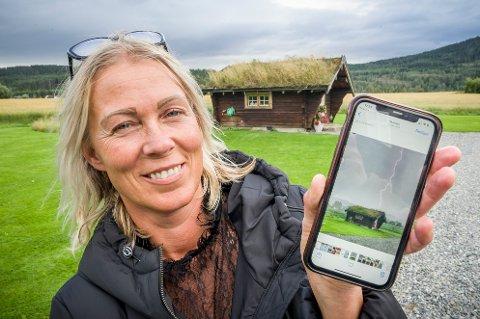 """BLINSKUDD: Monica Gysler på Skarnes tok  """"Sommerens blinkskudd"""" av lynet som slo ned i Vardefjellet langt bak tømmerstua."""