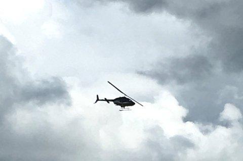 Dette helikopteret fløy over distriktet søndag.