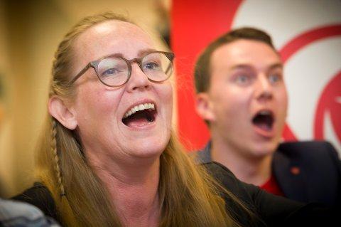 BREDE GLIS: Nord-Odal-ordfører Lise Selnes ser den første valgdagsmålingen mandag kveld klokka 21.01 under valgvaken til Innlandet Arbeideråparti  i Wood hotell i  Brumunddal, og tror nesten ikke sine egne øyne.