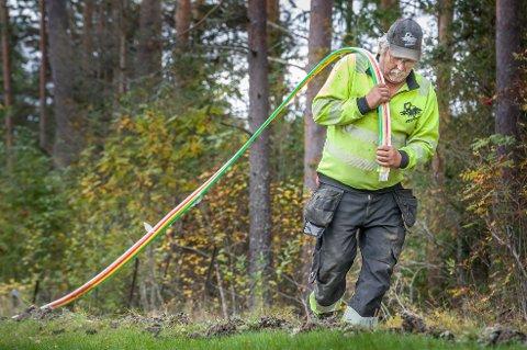 BREDBÅND: Her kommer Per Erik Lukassen, som arbeider i  Flisa firmaet TT kabel & anlegg, med rørene som skal beskytte fiberbredbåndkabelen som legges ned på Granli.
