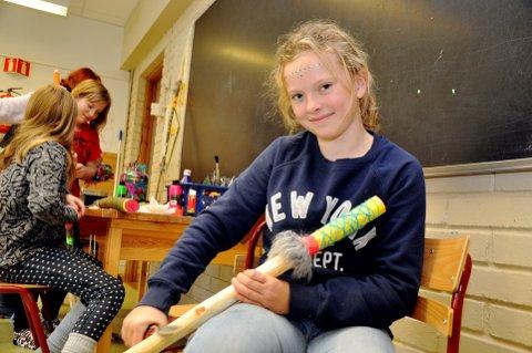 Spikker: Amalie Amundsen (5. klasse) spikker på sin egen vandrestav, en av    mange staver som elevene på Aurvoll skole på Tretten har spikket til spikkekonkurransen under årets Stavsmartn. Foto: Dagfinn Hovland