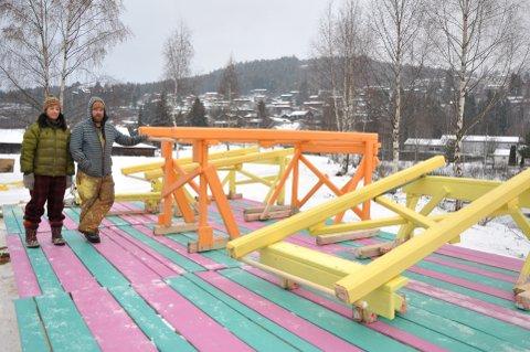 Kroppen 13: Den svenske kunstneren Anders Jakobsen og hans medhjelper, Simona Bava ved det spesielle kunstverket som settes opp på Tretten. Åpningen av «Kroppen 13» skjer fredag.  Alle foto: Dagfinn Hovland