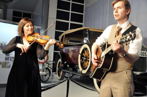 Intimkonsert: Musikerne Marie Skavnes og Øyvind Selnes spiller på førjulskvelden. Foto: Dagfinn Hovland