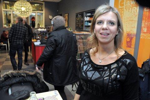 Flyttet: Agnieszka Piotrowska har flyttet Møllestua kafé til Leseriet i Lillehammer biblioteket og tatt med seg menyen dit. Foto: Dagfinn Hovland