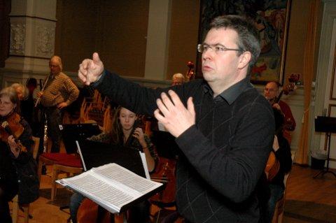Mesterfiolinisten Geir Inge Lotsberg er nok en gang dirigent når Lillehammer symfoniorkester og kulturskoleelevene presenterer resultatet etter sitt seminar. Konserten holdes søndag i Nordre Ål kirke.