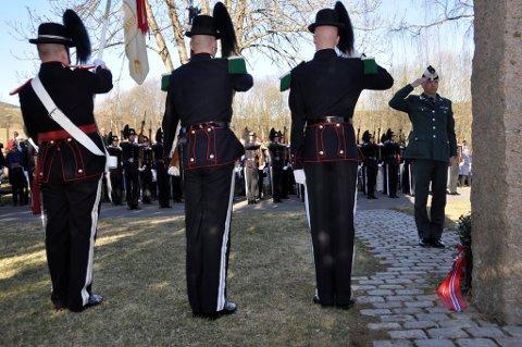 HONNØR: Gardesjef Jan Fredrik Geiner la ned krans ved bautaen. Foto: Einar Lyngar