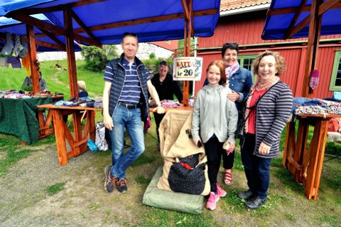 GODT KJØP: Pernille, besteforeldrene Ann Mari og Alf Gunnar Bendiksen, tanten Camilla Bendiksen og Torlaug Haugen (bak).
