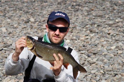 Vederbuk: Om det ikke er pen fisk, så er i alle fall vederbuken som Kenneth Lien dro opp stor; 1,8 kilo.     Foto: Privat