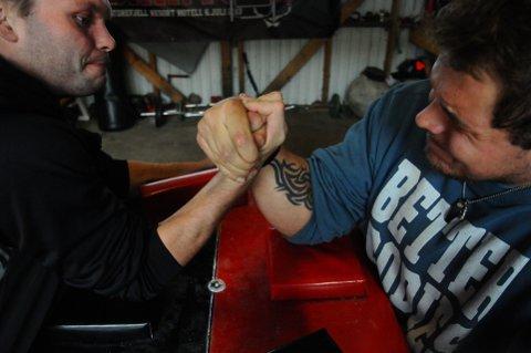 STERKE KARER: Robert Stakston (til høyre) er norgesmester i håndbak tungvekt. Her bryner han seg på Lars Mattis Andresen.