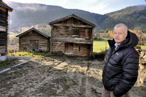 Dag Lindvig, eier av garden Stokstad Nedre i Sjårdalen. Like ved ligger det kommunale kloakkanlegget - som stinker.