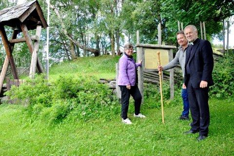 Pilegrimsvandring: Mari Botterud, Trond Klaape og Øyvind Sagedal ved Kjørkjehaugen.  Foto: Dagfinn Hovland
