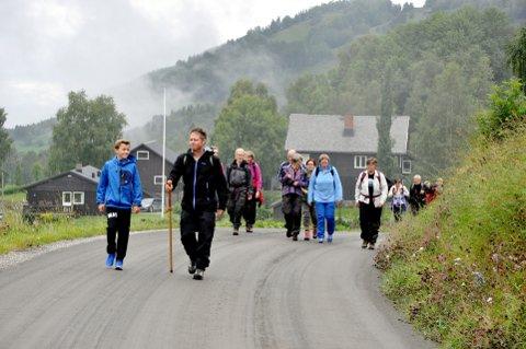 Klimapilegrimer: Ca. 25 personer deltok på pilegrimsvandring fra Kjørkjehaugen på Tretten til Sygard Skåe i Øyer. Menighetspedagog Trond Klaape ledet vandringen. Undervegs ble det også tid til meditative pauser. Foto: Dagfinn Hovland