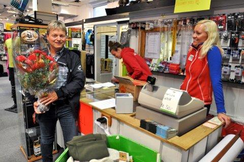 Må ha hjelp i Butikken: Arne Fossmo overtar som ordfører i Ringebu kommune og må overlate butikkdriften på Fåvang til andre. I går haglet det inn med meldinger, gratulasjoner og blomster. Fossmos kone Linn Hege Bakken til høyre.Foto: Kristin Veskje