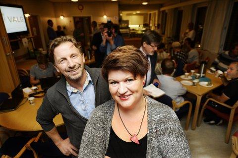 STOLT: Ordfører Anita Ihle Steen, her på valgvake sammen med Helge Vestheim fra Ringsaklista. Foto: Asmund Hanslien