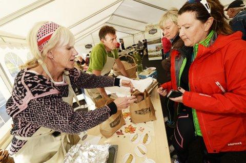 Stor pågang: Nina Jutkvam (foran) og Cathrine Arnesen, som var på hyttetur i Hafjell, var to av mange som kjøpte poteter og lammekjøtt av Inger-Lise og Erling Jevne lørdag.  Alle foto: Asmund Hanslien