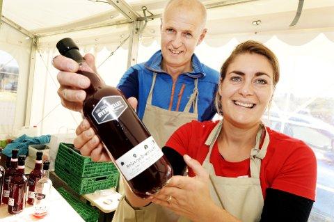 Bringebærdrikke: Rådmann Sveinar Kildal tok tak og hjalp Windy Kester Moe med å selge bringebærproduktene fra Moe gård i Øyer.
