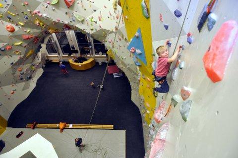 LUFTIG: Klatreveggen på Tyrili klatring er et eldorado for små og store. Nå inviterer Kreftforeningen familier hvor barn og unge er pårørende eller etterlatte til en opplevelsesrik dag 11. november.Illustrasjonsfoto: Jon Bernt Høigård