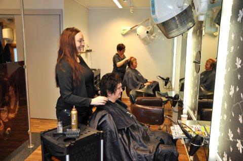 Frisørkunder: Frisørsalongen på Segalstad Bru har mange faste kunder. Berit Thingstad (innerst) er blitt klipt av Anne Østby i 30 år. – Jeg liker Anne fordi hun er trygg og god, og gjør som jeg vil, sier Berit, som klipper håret sitt åtte ganger i året. Nærmest står en av de yngste frisørene, Anette Romsås.Begge foto: Dagfinn Hovland