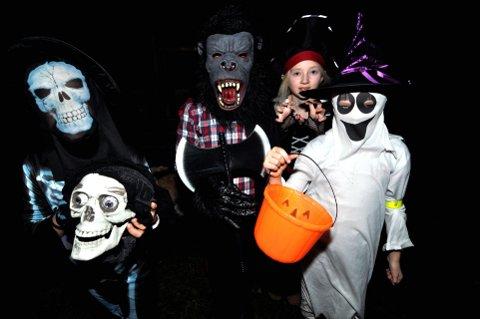 INGEN SPØK: Søskenparene Ingrid (9) og Magnus (11) Rusten Dalheim og Mina (12) og Louise (9) Lie Tømmerberg og hodeløse Navnløs er klar for Halloween-feiring. Foto: Ingunn Aagedal Schinstad