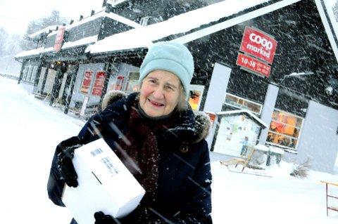 STENGT: Et utleveringsdepot for pakker i Posten bare 30 meter fra huset til Nelly Hoff er nedlagt. Forleden måtte hun ta buss til Lesjaskog som fortsatt har tilbudet «Post i butikk». Foto: Vidar Heitkøtter