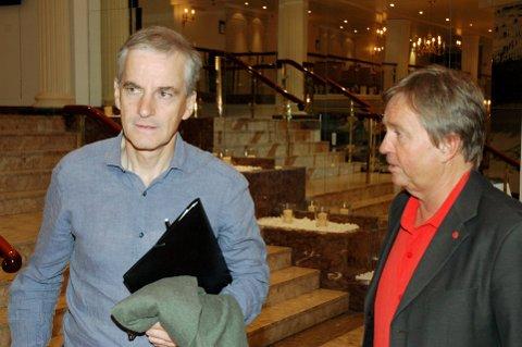 LANGT NEDE: Partileder Jonas Gahr Støre og fylkesleder Tore Hagebakken får nye og dårlige tall for Arbeiderpartiet i Oppland. Mer tydelige politiske initiativ må til dersom ledelsen skal gjøre Martin Kolbergs spådom om krise, til skamme.