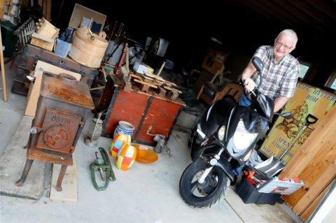 SOMMERSLUTT: Han har samlet på mye, Jan Ivar Melby, som siden 2002 har drevet Hjelle Seter på Dovrefjell. Garasjen er full. Nå skal alt ut før vinteren.