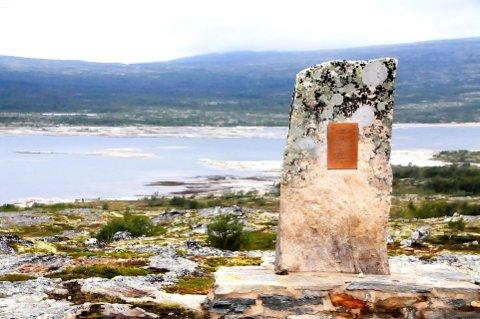 75 ÅR SIDAN: Her ved minnesteinen ved Gautsjøen blir det markering sundag ettermiddag 25. september. 11 mann omkom. Foto: Vidar Heitkøtter