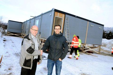 AVTALE: Sveinung Lianes (t.v.) på Bjorliheimen ser fram til et godt samarbeid med det store entreprenørfirmaet Skanska. Prosjektleder Eirik Botnen bosetter nærmere 30 medarbeidere i brakkeriggen på caravansenteret. Foto: Vidar Heitkøtter