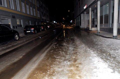 SPOR: Vannet fra slukningsarbeidet rant i bekker nedover bakken i Nymosvingen.